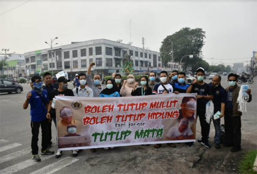 Asap tak Kunjung Hilang, PWI Dumai Bagikan Masker untuk Masyarakat