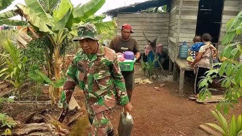 Kebakaran Lahan Semakin Mendekat ke Pemukiman, Anggota Kodim 0314 Inhil Ungsikan Warga