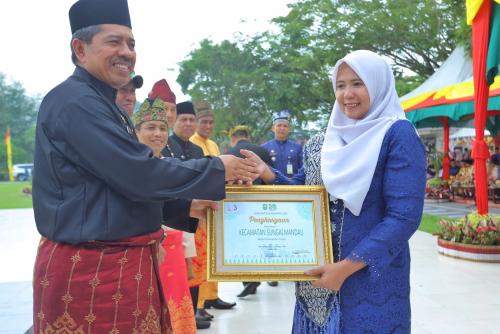 Puncak HUT ke-20 Kabupaten Siak, Bupati Alfedri Serahkan 103 Penghargaan