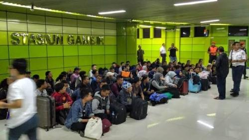 Korban Lowongan Kerja Hoaks PT KAI, 128 Orang Terlantar di Stasiun Gambir