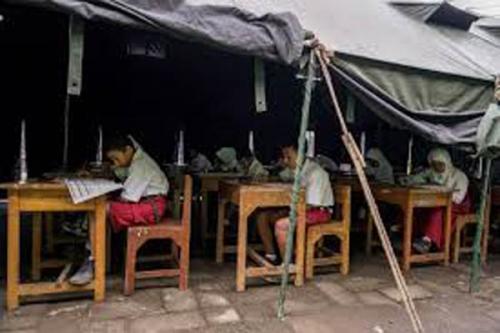 Siswa di Rokan Hilir Riau Ujian di Tenda Pengungsian