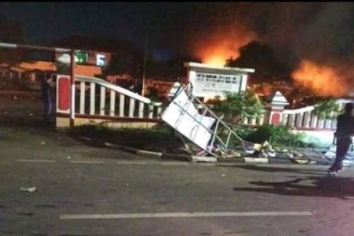 Massa Rusak dan Bakar Mapolsek Ciracas, 4 Anggota Polri Jadi Korban