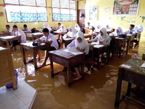 Banjir, Pelajar Dua Sekolah di Inhu Ujian di Atas Genangan Air