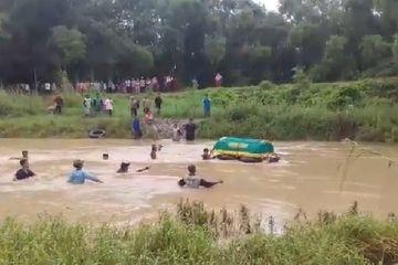 Tak Ada Jembatan, Warga di Gresik Terpaksa Apungkan Keranda Jenazah Pakai Ban Bekas Menuju Pemakaman