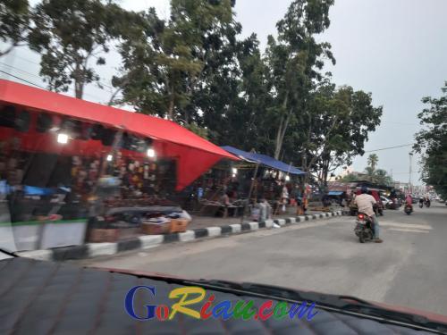 Pedagang Kuansing Berjualan di Trotoar, Padahal Pasar Rakyat Kosong