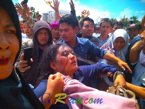 Berdesakan, Seorang Wanita Pingsan Saat Menyambut Kedatangan Prabowo di GOR Pekanbaru