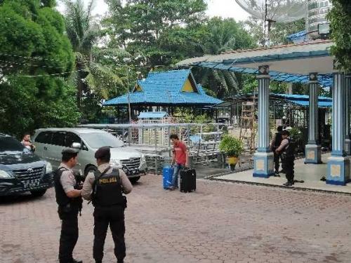KPK Tenteng Dua Koper dan Satu Kardus Saat Keluar dari Kediaman Walikota Dumai