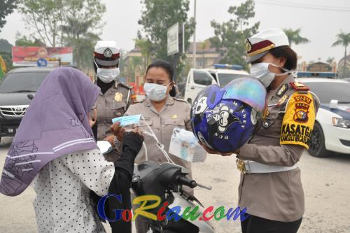 Lihat Banyak Pengendara Tidak Gunakan Masker, Satlantas Polres Siak Inisiatif Bagi-bagikan Masker