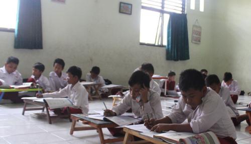 Berada Dekat Rumah Wali Kota, SD Negeri Dibiarkan Tak Punya Kursi, Siswa Terpaksa Belajar di Lantai