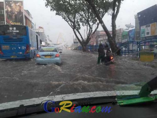 Hujan Deras Guyur Kota Pekanbaru, Sebagian Jalan Sudirman Tergenang dan Macet Total
