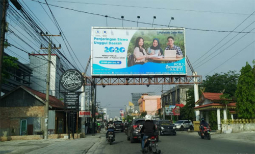 Pemprov Riau Minta Pemko Pekanbaru Tebang Seluruh Reklame Bando Ilegal