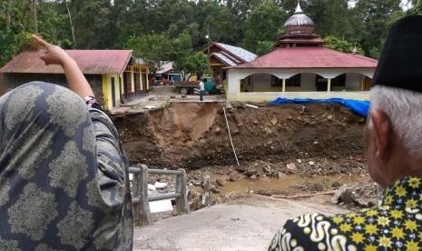 Jembatan Ambruk, 300 Keluarga di Nagari Kapalo Hilalang Terisolasi