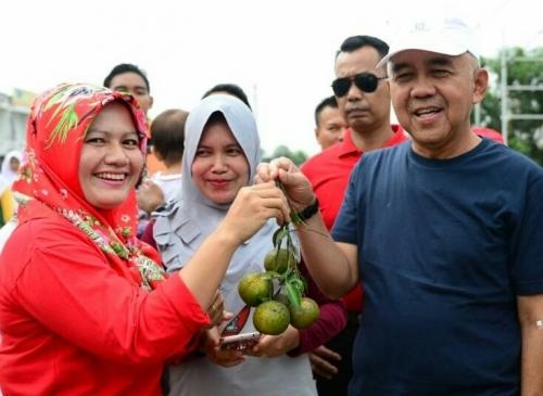 Senyum Gubernur Riau saat Diberi Limau Manis oleh Masyarakat Kampar