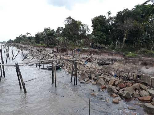 Dihantam Ombak Musim Utara, Turap Ambruk, Pompong Warga Mekong Rusak Parah