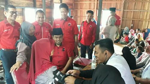 DPC PDIP Pelalawan Beri Pengobatan Gratis Pasca Banjir di Kuala Terusan dan Kemang