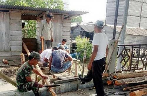 WC Umum Pelabuhan Kuala Asam Rusak Parah, Koramil 08/Merbau Bantu Perbaiki dengan Gotong-royong