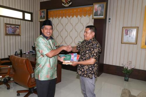 Penulis dari Kampung Rempak Bagikan 9 Buku Karya Tulisnya untuk Pemimpin Siak