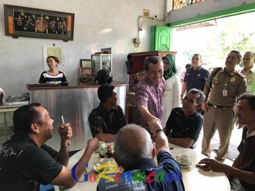 Kunjungan Kerja di Bengkalis, Gubri Syamsuar dan Istri Sarapan bersama Masyarakat