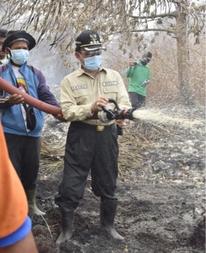 Terjun ke Lokasi Karhutla, Bupati Inhil Ikut Padamkan Api