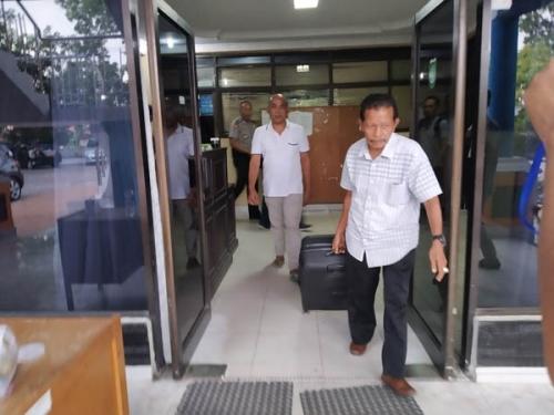 KPK Tenteng 3 Koper Saat Keluar dari Kantor Dinas PUPR Dumai
