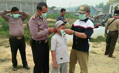 Kabut Asap Makin Pekat, Polsek Ukui Bagikan Masker