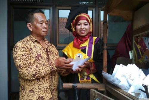 Bahagia Putrinya Lulus Cum Laude, Penjual Sate Gratiskan Dagangannya kepada Para Wisudawan