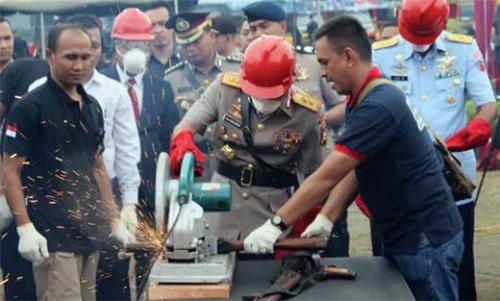 1.637 Senjata Api Milik Warga Pedalaman Riau Musnah Dihancurkan dengan Gerinda