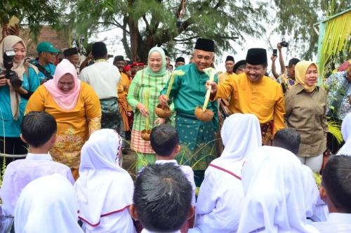 Masyarakat Antusias Saksikan Ritual Mandi Safar di Rupat