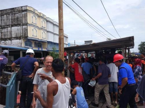 Cegah Harimau Keluar dari Bawah Ruko di Pasar Pulau Burung Inhil, Kepolisian Buat Pagar dari Jaring