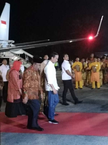 Pesawat Kepresidenan RI 1 Mendarat di Pekanbaru, Jokowi Langsung Disambut Gubri