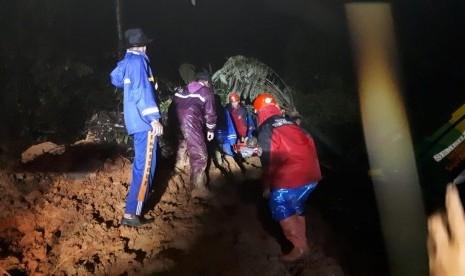 Bus Family Raya dan 2 Mobil Lainnya Terseret Material Longsor di Jalur Padang-Solok, 1 Orang Tewas dan 4 Luka-luka