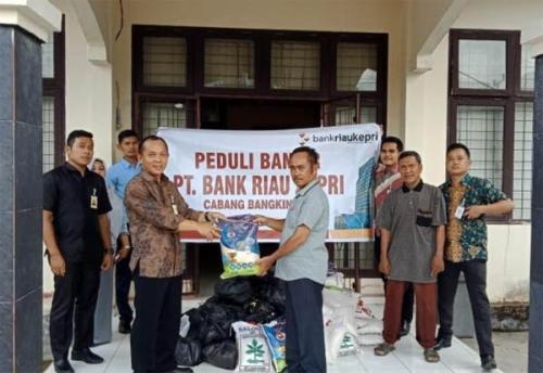 Bank Riau Kepri Salurkan Bantuan Sembako Kepada Korban Banjir di Kampar