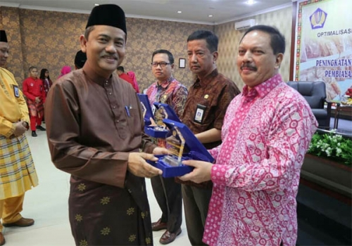 Pemkab Inhil Terima Penghargaan Pembina KUR dari Pemprov Riau