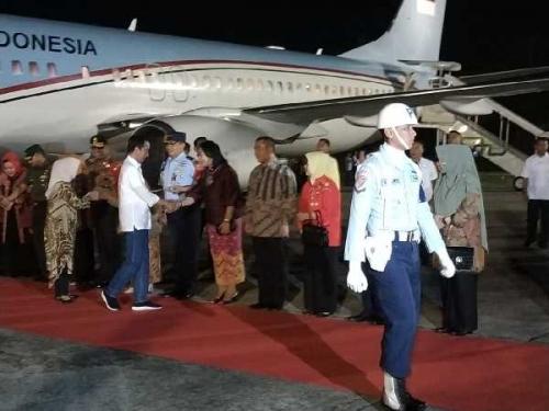 Turun dari Pesawat RI 1, Jokowi Bergaya Santai Pakai Kemeja Putih dan Celana Jeans