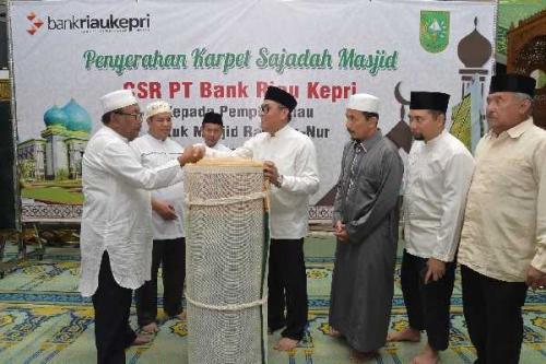 Mesjid Raya Annur Provinsi Riau Terima 2.500 M2 Karpet Sajadah CSR Bank Riau Kepri