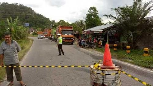 Hingga Siang Ini, Truk dan Colt Diesel Belum Bisa Lewati Lintas Sumbar - Riau Akibat Jembatan Hampir Ambruk di Rantau Berangin
