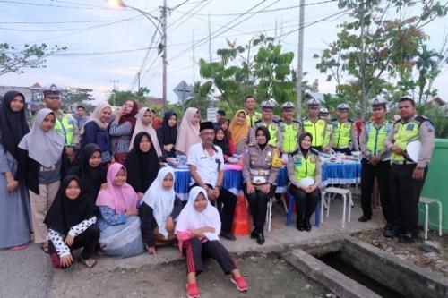 Bersama Anak Yatim, Marlis Syarif dan Kasatlantas Inhil Bagikan 1.500 Paket Takjil di Jalan Subrantas Tembilahan