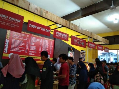 Hadirkan Tema Prasmanan, Tempat Makan di Garuda Sakti Tawarkan Harga Rp15.000 Sepuasnya