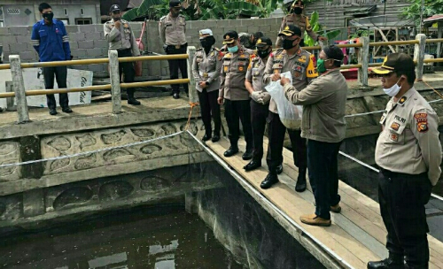 Tak Hanya Paket Sembako, di Tengah Pandemi Covid-19 Polsek Tembilahan Juga Berikan Bantuan Bibit Ikan