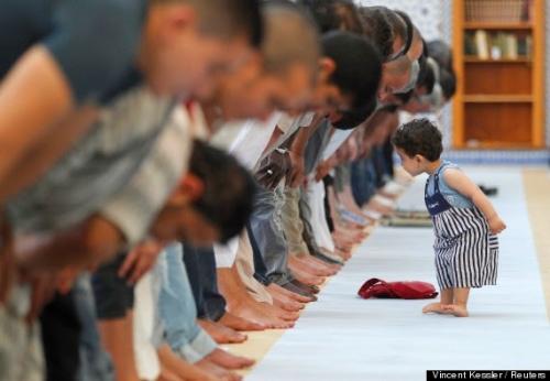 Ketika Anda Membawa Anak Shalat Berjamaah di Masjid, Sebaiknya Perhatikan Hal-hal Berikut Ini Agar Kekhusukan Ibadah Tak Terganggu