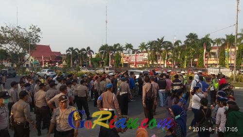 Demo Kabut Asap dan Karhutla, Puluhan Massa Cipayung Pekanbaru Unjuk Rasa di Kantor Gubernur Riau