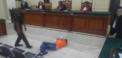 Divonis Seumur Hidup, Terdakwa Bandar 97 Kilo Sabu Jatuh Terkapar di Depan Hakim