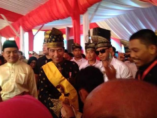 Usai Penobatan Gelar, Jokowi Langsung Serahkan 6.000 Sertifikat Tanah