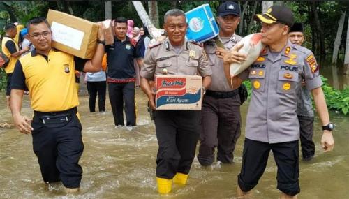 Polres Kampar Serahkan Bantuan untuk Warga Terkena Bencana Banjir
