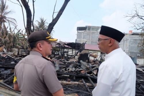 Peduli Kebakaran di Asrama Polisi Tembilahan, Pj Bupati Serahkan Bantuan dari Baznas Inhil
