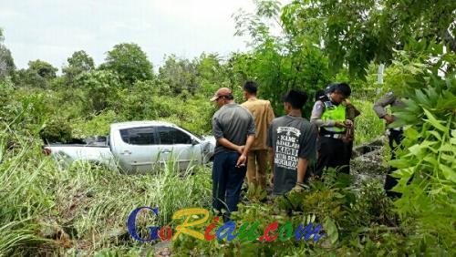 Diduga Hilang Kendali, Mobil Operasional KPU Pelalawan Tabrak Pohon Terjun ke Rawa