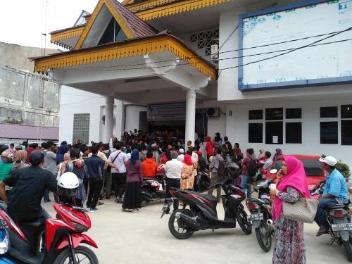 Besok Pemilu, Ratusan Warga Antre Ambil Suket ke Disdukcapil Pekanbaru