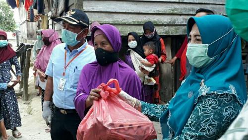 Ratna Mainar Harris Bagikan Sembako dan Imbau Warga Pakai Masker