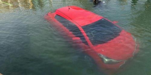 Gara-gara GPS, Wanita Muda Ini Ceburkan Mobil yang Dikendarainya ke Danau Malam Hari