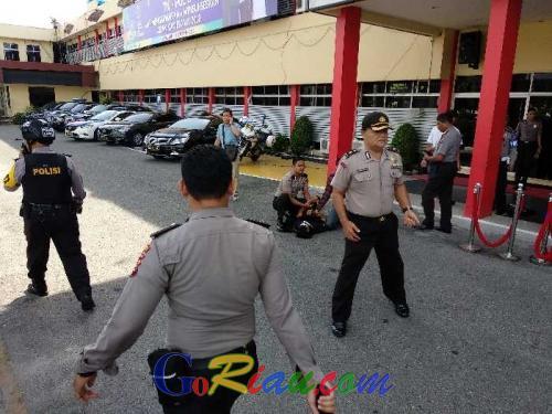 1 Polisi Tewas dan 2 Aparat Lainnya Terluka dalam Serangan Terduga Teroris Bermobil di Mapolda Riau, Ini Keterangan Resminya